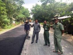 DIASPAL : Bupati Pulpis, Edy Pratowo memantau langsung pembangunan jalan yang diaspal di wilayah Gohong.