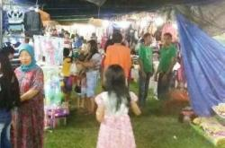 PASAR MALAM : Sebagian masyarakat Kasongan dan sekitarnya lebih suka berbelanja ke pasar malam yang dibuka dadakan di komplek Lapangan Gagah Lurus, Kabupaten Katingan, Sabtu (28/11/2015)