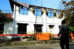 TERBAKAR: Gedung Arsip dan Teknik KPU Kalteng di Jalan jenderal Soedirman, Palangka Raya, setelah terbakar pada Minggu (29/11/2015) pukul 03.30 WIB. Belum diketahui penyebabnya.