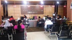 PAJAK DAERAH: Petugas KPP Pratama Pangkalan Bun tengah melayani konsumen yang akan melakukan pembayaran pajak, Kamis (3/12/2015). Sementara itu, KPP Pratama Pangkalan Bun baru 58% serapan pajak hingga 30 November 2015.