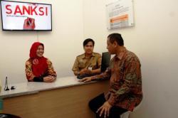 ILUSTRASI PELAYANAN PAJAK: Direktur Jenderal Pajak Kementerian Keuangan Sigit Priyadi Pramudito (kanan) meninjau gerai pelayanan pajak di Pasar Tanah Abang blok B, Jakarta, belum lama ini. KPP Pratama Muara Teweh, Barito Utara, Kalimantan Tengah, bertind