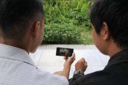 Ilustrasi. Dua orang sedang menonton video mesum di ponsel.