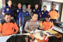 Kapolres Kotim AKBP Hendra Wirawan (tengah), saat menggelar ekspos tersangka pemalsuan dokumen, Jumat (15/1/2016). Polres Kotim terus memantau peredaran narkoba di lingkungan ASN. BORNEONEWS/DOK