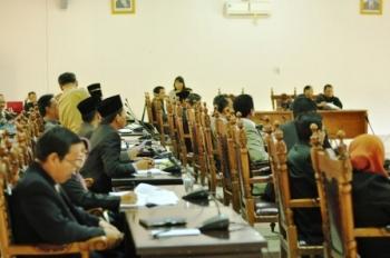 Anggota DPRD Kobar sedang rapat. Pansus DPRD Kobar akan menyampaikan masalah sengketa lahan dan aset antara TNI, masyarakat dan pemerintah daerah, Desember ini. BORNEONEWS/DOK