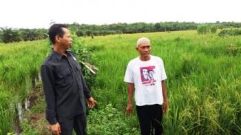 Ketua DPRD Kobar, Triyanto bersama petani di Bumiharjo, belum lama ini. Selasa (4/10/2016), Triyanto minta Pemkab Kobar tidak setengah-setengah dalam mengurus legalitas aset daerah. BORNEONEWS/DOK