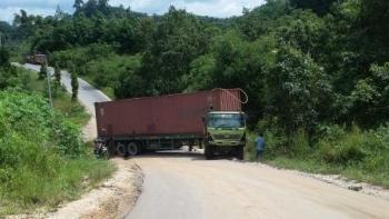 Agar Tak Tutup Jalan Negara: Truk Bermuatan 18 Ton Ini Akan Ditarik Dengan Exavator