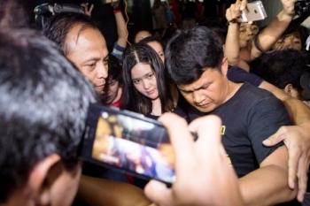 DITAHAN : Petugas menggiring Jessica Kumala Wongso ke tahanan usai diperiksa di Direktorat Reserse Kriminal Umum Polda Metro Jaya, Sabtu (30/1).