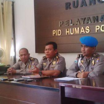 Kabid Humas Polda Kalteng, AKBP Pambudi Rahayu saat mengadakan konferensi pers.