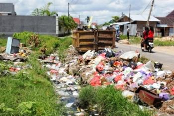 SAMPAH : Sampah berserakan baik itu di tepi jalan maupun di dalam parit yang berada di Jl DI Panjaiatan Selatan, Sampit, beberapa waktu lalu. Di Katingan, ketaatan warga membuang sampah pada tempatnya juga masih rendah.