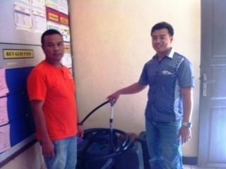 TERSANGKA PENYELEWENG SOLAR : Petugas kepolisian menunjukkan tersangka penyeleweng solar, Haryanto.