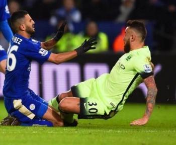 TACKLE : Winger Leicester City Riyad Mahrez mendapat tackle keras dari bek Manchester City Nicolas Otamendi saat kedua tim mereka bertemu di paruh pertama Liga Primer Inggris, tahun lalu lalu. Sabtu (6/2/2016) malam, Leicester dan Man City kembali berte