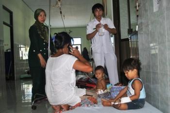 TERUS BERTAMBAH: Seorang balita tergolek lemas di pangkuan sang nenek di ruang Instalasi gawat Darurat (IGD) Rumah Sakit Umum Daerah (RSUD) dr Murjani Sampit, Minggu (6/2/2016) pagi. Anak laki-laki yang baru berumur sekitar setahun it terus menangis mena