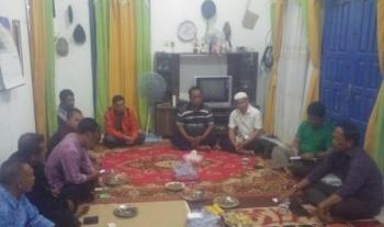 Bupati Kobar, Bambang Purwanto (Kanan) tengah berdiskusi dengan kepala desa dan warga di Kecamatan Pangkalan Banteng Selasa (9/2) malam. Bambang mengaku akan membabat habis usaha para rentenir yang ada di Kabupaten Kobar. (foto: Cecep) ------ Pesan sem