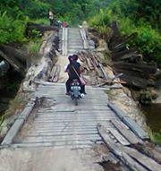 Jembatan Desa Maruga yang hancur (foto: uriutu).