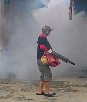 PENGASAPAN : Petugas Dinkes Gumas melakukan pengasapan (fogging) di Kuala Kurun beberapa waktu lalu. Bupati Gumas Arton S Dohong meminta masyarakat Gumas waspada penyebaran penyakit DBD.