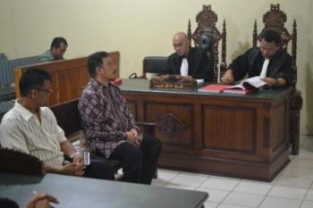 Terdakwa Direktur RSUD Muara Teweh Ferderik Reinsya Menginte (kiri) dan Harry Reonardo. (foto: darlan)