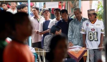 PILKADES : Warga mengantre masuk ke area pemilihan untuk ikut mencoblos pemilihan kepala desa Ngrajek Mungkid, Kabupaten Magelang. Di Barut Pilkades serentak terancam tertunda dari Februari ini.