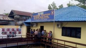 BEROPRASI : Polda Kalsel resmi mengoperasikan klinik terapung untuk membantu meningkatkan pelayanan kesehatan warga yang tinggal di bantaran Sungai Martapura, Rabu (10/2/2016).