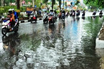 TERGENANG : Sejumlah ruas jalan di Kota Banjarmasin sering tergenang air bila hujan turun. Namun menurut Kepala Dinas SDAD Banjarmasin Muryanta, bajir bukan semata disebabkan hujan, melainkan juga akibat air pasang.