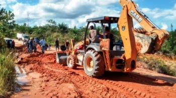 POTENSI : Sebuah alat berat saat sedang memperaiki jalan di daerah Liku kecamatan Bulik. Pengoperasian alat berat merupakan salah satu potensi pajak dan bisa untuk menyumbang pendapatan bagi daerah.