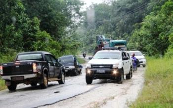 SEGERA DIPERBAIKI : Sejumlah kendaran antre untuk melintasi titik yang mengalami kerusakan di jalur Kuala Kurun – Palangka Raya. Pada 2016 dana untuk peningkatan jalur tersebut mencapai ratusan miliar rupiah.