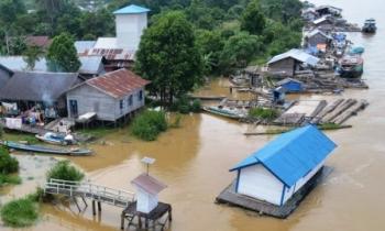 MELUAP : Sungai Katingan meluap. Kondisi seperti ini selalu terjadi saat musim hujan. Di sisi lain, derasnya aliran Sungai Katingan tidak jarang juga memakan korban jiwa.