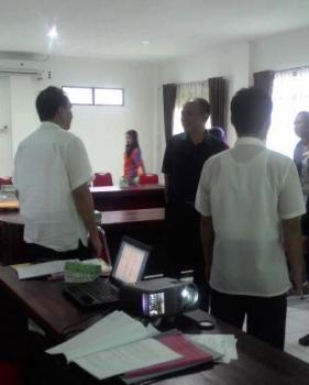 BERBINCANG : Manajemen Citi Mall dan Hypermart berbincang-bincang dengan pegawai Dispedan Kapuas seusai menggelar rapat, Rabu (10/2/2016)