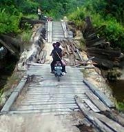 HANCUR : Kondisi jembatan di Desa Meruga hancur. Dulunya jembatan ini milik PT Tri Satya, tapi statusnya kini tidak jelas apakah sudah diserahkan ke Pemkab Barsel apa belum.