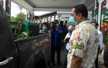 Penjabat Gubernur Kalteng Hadi Prabowo menerima pengembalian orangutan yang sempat diselundupkan ke Kuwait dan Thailand pada Kamis (11/2/2016). BORNEONEWS/TESTI PRISCILIA