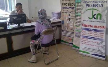 Seorang warga mengurus kartu jaminan sosial kesehatan di RSUD Dr Murjani Sampit. Selain BPJS Kesehatan, pemerintah pusat juga meluncurkan Kartu Indonesia Sehat (KIS) untuk mengakomodasi warga fakir miskin guna mendapatkan layanan kesehatan. BORNEONEWS/Muh