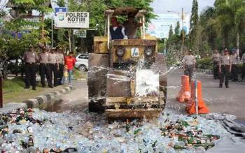 Ratusan miras hasil sitaan Polres Kotim dimusnahkan, baru-baru ini. BORNEONEWS/HAMIM