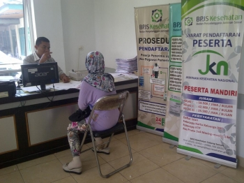 KIS : Seorang warga mengurus kartu jaminan sosial kesehatan di RSUD Dr Murjani Sampit beberapa waktu lalu. Kartu Indonesia Sehat (KIS) merupakan jaminan kesehatan selain BPJS. Pemerintah dinilai kurang sosialisasi soal KIS.