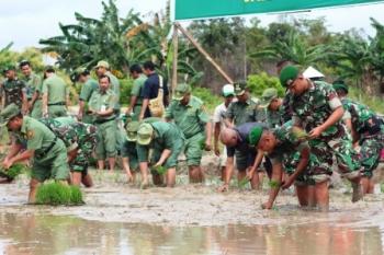 PERTANIAN : Tanam serentak yang digelar pemda dan TNI di Desa Bumi Agung, belum lama ini. Sementara itu, DPRD mengingatkan agar masyarakat tidak mengalihfungsikan lahan pertanian.