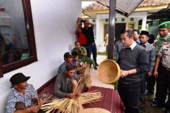USAHA DESA: Menteri Desa/PPDT Marwan Jafar dalam sebuah kunjungan ke sentra kerajinan rakyat. Pihaknya kini tengah menggalakkan program Usaha Bersama Komunitas (UBK) untuk mendorong nilai tambah ekonomi masyarakat desa.