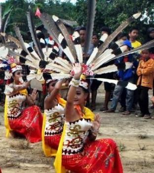 TARI DAYAK : Tiga gadis sedang menari khas Dayak. Tari seperti ini nantinya juga akan ditampilkan pada Festival Kampung Buntoi, 15-17 Juli 2016.