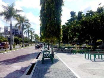 BEBAS PARKIR: Kawasan Jalan Yos Sudarso, Kota Palangka Raya ini ditetapkan bebas dari pungutan parkir. Namun, pungutan ilegal tetap berlangsung di kawasan ini, sehingga membuat warga resah.