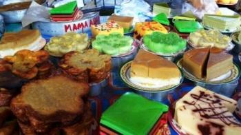 KUE TRADISIONAL : Untuk menarik minat wisatawan datang berkunjung, Pemerintah Kota Banjarmasin bekerjasama dengan perusahaan kendaraan bermotor menggelar festival makanan tradisional lokasi objek wisata sungai di Siring Jalan Tendean p