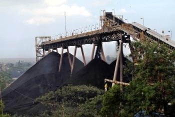 PEMECAH BATUBARA : Area pemecah batubara (coal crusher) di area sebuah perusahaan tambang di Kabupaten Sangatta, Kalimantan Timur. Di Barut, Kalteng, sejumlah perusahaan tambang batubara tutup karena terdampak krisis global.