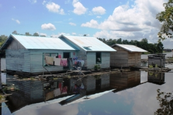 RUMAH APUNG : Sejumlah rumah penduduk di Bartim mengapung di atas sungai. Permukiman semacam ini rawan terkena dampak banjir akibat musim hujan dewasa ini.