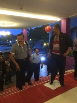 Anggota Wantanas Irjen Pol Bambang Hermanu (kiri) dan Marsekal Muda TNI Sugiharjo sesaat setelah tiba di Hotel Swiss Belinn Pangkalan Bun, Kamis (11/2/2016). (BORNEO/WAHYU KRIDA)