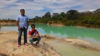 Danau Biru: para pengunjung berpose di tepi Danau Biru