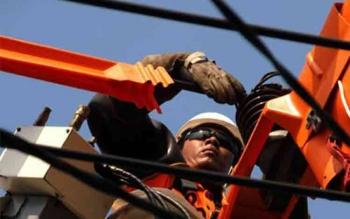 Pembangunan jaringan listrik. DOK BORNEONEWS