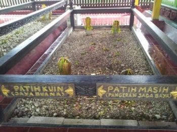 Makam Patih Kuin dan Patih Masih, salah satu nisan di kompleks pemakanan raja-raja Banjar di Kuin, Banjarmasin.
