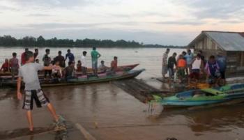 Warga beramai-ramai mencari Dina yang terseret arus Sungai Barito. (foto: uriutu)