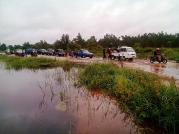BANJIR TENGGELAMKAN JALAN : Banjir di Kecamatan Kahayan Tengah tahun lalu. Kondisi jalan yang rusak dan tenggelam membuat lalu-lintas jalan macet.