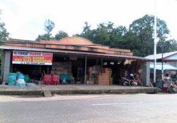 BANGUNAN TOKO MEMAKAN BAHU JALAN : Sebuah bangunan toko di Bartim yang memakan bahu jalan. UPT Pasar Ampah berencana menertibkan bangunan yang menyalahi aturan, seperti menutup jalur mobil.