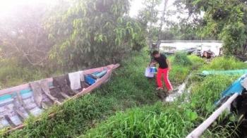PEMANCING KECEWA : Seorang warga Kelurahan Mendawai Kecamatan Sukamara pulang dengan kecewa karena memancing dalam waktu lama di sungai, tetapi tidak mendapat satu ikan pun.