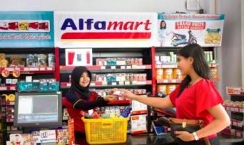 PASAR MODERN : Seorang warga sedang berbelanja di pasar modern. Saat ini pasar modern juga menjamur di wilayah Kabupaten Kapuas. Pemkab Kapuas berharap dengan hadirnya pasar modern ini bisa mendongkrak pendapatan daerah.