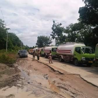 HARUS ANTRE: Ratusan kendaraan roda empat atau lebih harus antre selama berjam-jam untuk bisa melewati ruas jalan penghubung Kuala Kurun-Palangka Raya yang mengalami kerusakkan, Jumat (12/2/2016) siang.