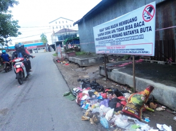 LARANGAN BUANG SAMPAH : Spanduk berisi larangan keras membuang sampah dipasang Dispertasi Kotim dan warga RW 04 Kelurahan Mentawa Baru Hulu di bekas TPS Jalan Haji Ahmad, Sampit.